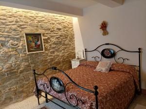camera da letto matrimoniale con parete a vista