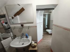 un ampio bagno con set cortesia e doccia con box